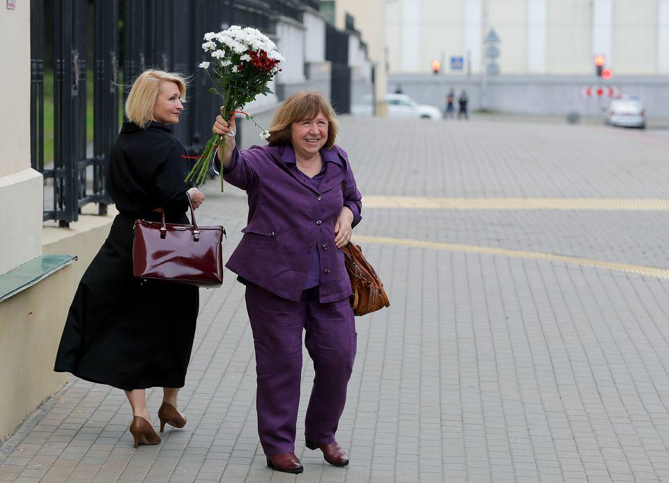 26.08.2020, Mińsk, Swietłana Aleksijewicz w drodze na zeznanie w Komitecie Śledczym