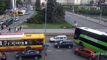 Zachowania rzeszowskich kierowców na skrzyżowaniach uchwycone przez miejski monitoring. W piątki w październiku 2019 policjanci będą zwracać uwagę kierowcom na zachowania na skrzyżowaniach