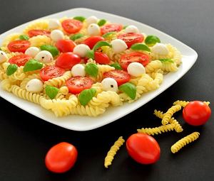 Sałatka z makaronem, pomidorami i mozzarellą