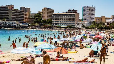 Turyści w nadmorskim kurorcie Magaluf na Majorce