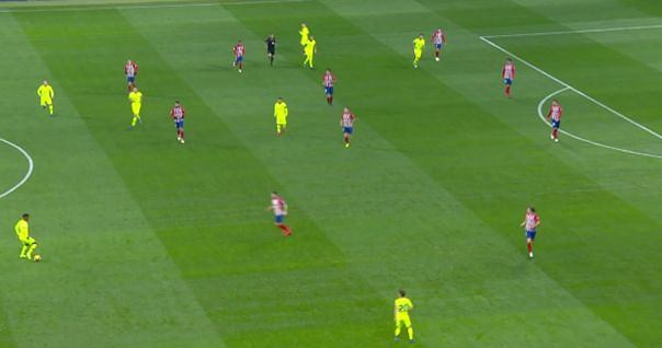 Barcelona atakuje. Całe (!) Atletico na własnej połowie, za linią piłki.