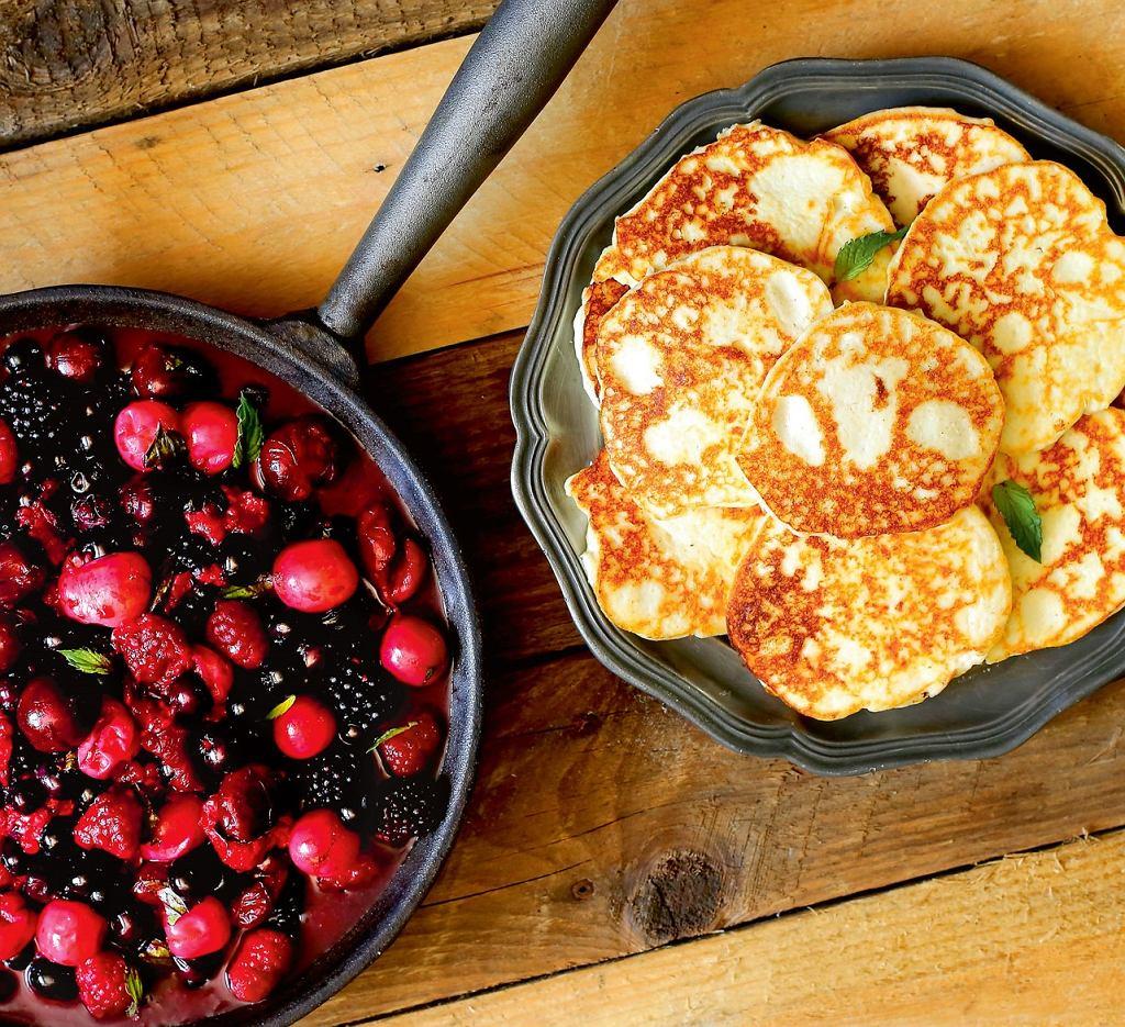 Placki z białym serem i owocami leśnymi