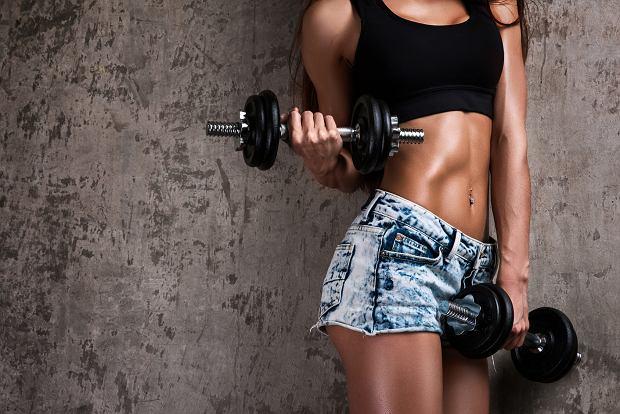 43275a7d00c722 Ćwiczenia na biceps. Jaki trening na biceps? Najlepsze ćwiczenia na bicepsy  z hantlami i