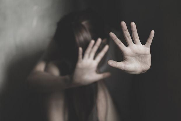 Gdy rozpoznajemy, że w rodzinie była seksualnie wykorzystywana dziewczynka, to absolutnie nie oznacza, że jej brat jest bezpieczny (fot. Shutterstock)