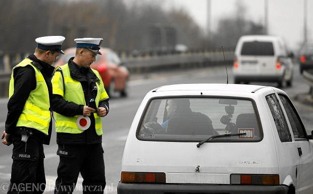 Podczas kontroli policjant będzie musiał zajrzeć ci do auta i spisać przebieg. Poznaliśmy nowe przepisy