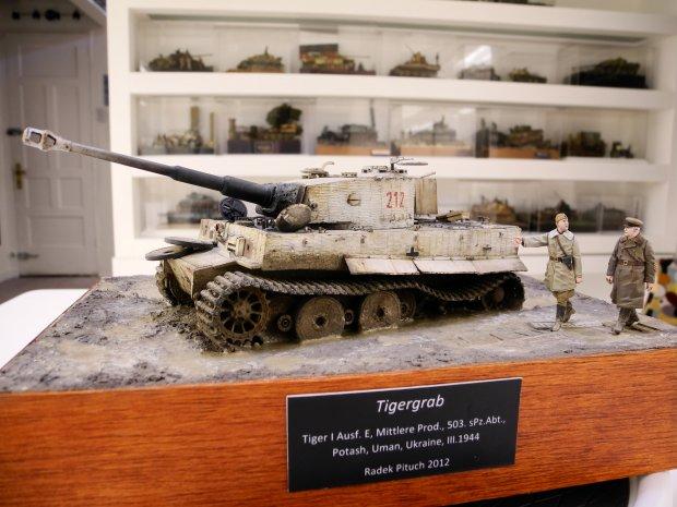 """Porzucony, uszkodzony niemiecki """"Tygrys"""" - jedna z prac, które trafiły do meksykańskiego kolekcjonera, sfotografowana pośród jego kolekcji miniatur militarnych (fot.Radek Pituch)"""