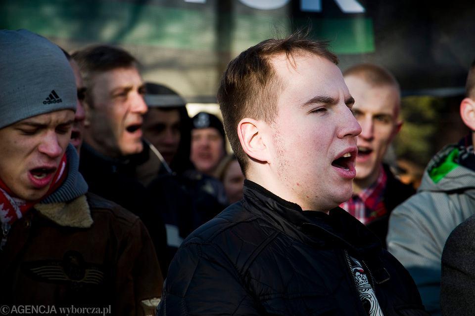 Poseł Adam Andruszkiewicz pokrzykuje podczas imprezy organizowanej przez skrajnych prawicowców. Hajnówka, 27 lutego 2016