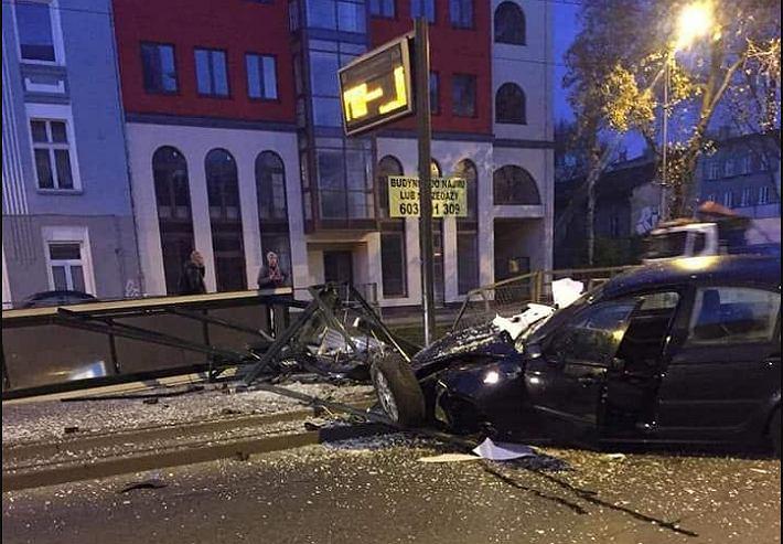 Pijany kierowca wjechał w przystanek w centrum Łodzi.