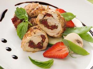 Roladki z kurczaka z pesto i suszonymi pomidorami