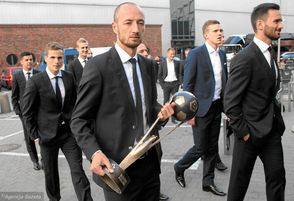 Łukasz Trałka, kapitan Lecha Poznań maszeruje z najważniejszym trofeum sezonu