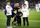 Leo Messi odebrał Złotą Piłkę z rąk swoich synów. Najmłodszemu chyba nie podobało się na murawie. Dawno nie widzieliśmy tak uroczego wideo