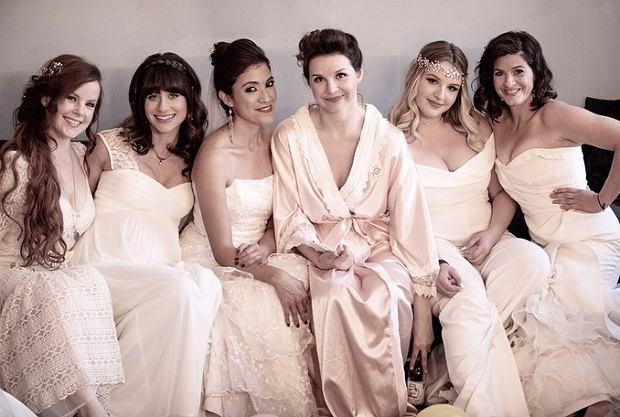 Zdjęcie numer 2 w galerii - Poprosiła, by na jej ślub kobiety przyszły w swoich sukniach ślubnych. Miała ważny powód, a efekt przeszedł oczekiwania
