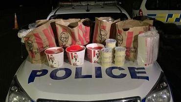 Jedzenie zabezpieczone przez nowozelandzkich policjantów