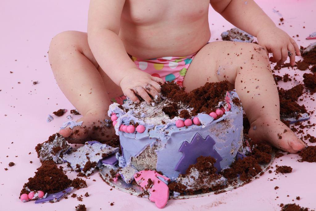 dziecko z ciastem