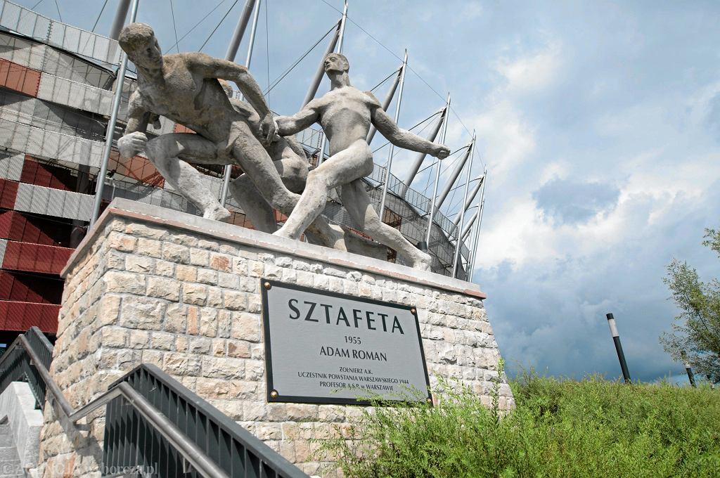 Rzeźba  'Sztafeta ' autorstwa Adama Romana, znajduje się przed Stadionem Narodowym.