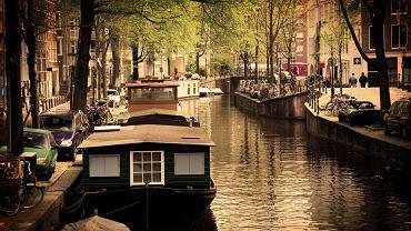 Amsterdam. Miasto rowerów i kanałów, biorąc pod uwagę dużą liczbę tych ostatnich porównuje się je często z Wenecja i nazywa Wenecją Północy. Położony nad rzeką Amstel Amsterdam podobnie od Wenecji jest usytuowany na kilku wyspach. Konstytucyjna stolica Holandii jest też największym miastem w kraju i drugim po Rotterdamie największym portem handlowym. Jest połączona kanałami z Renem i Morzem Północnym.