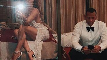 Jennifer Lopez się zaręczyła! Pierścionek piękny, ale wszyscy patrzą na pośladki JLo