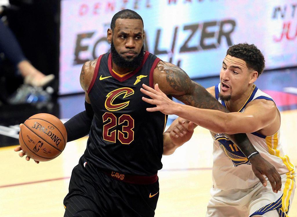 Z piłką LeBron James. Obok Klay Thompson