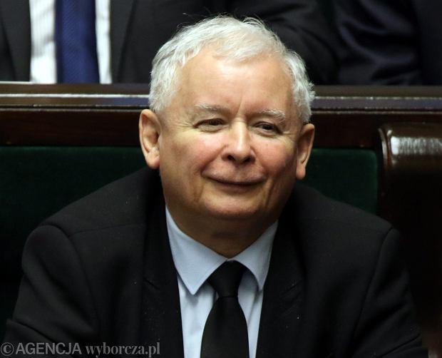 """Sejm przyjął PiS-owską ustawę o TK. """"Panie prezesie, na którą nastawił pan budzik panu prezydentowi Dudzie?"""""""