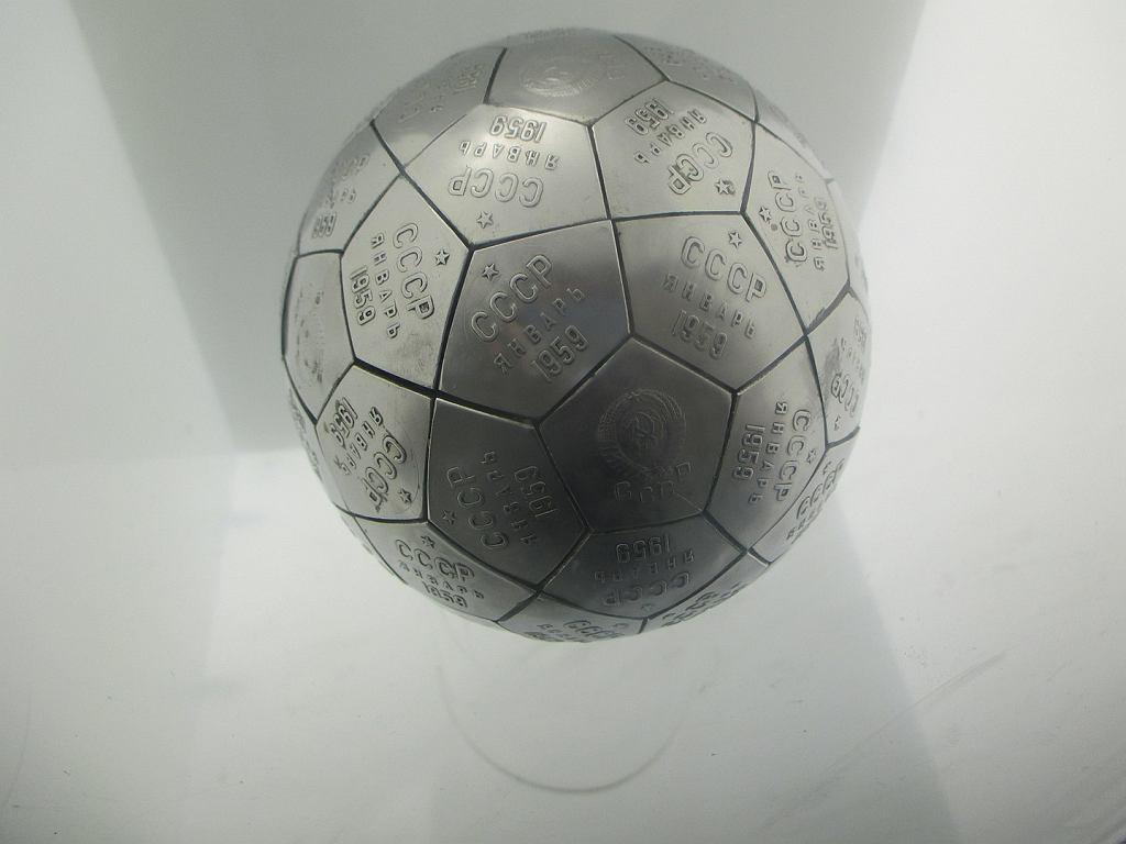 Replika kuli, którą sonda Łuna 2 dostarczyła na Księżyc. To kopia tej, którą Chruszczow wręczył Eisenhowerowi. Oryginał znajduje się w muzeum prezydenckim Eisenhowera w Kansas