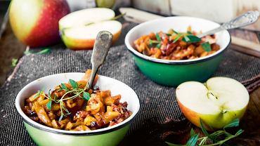 Jabłkowy bigos z kiełbasą i ziołowym przecierem pomidorowym