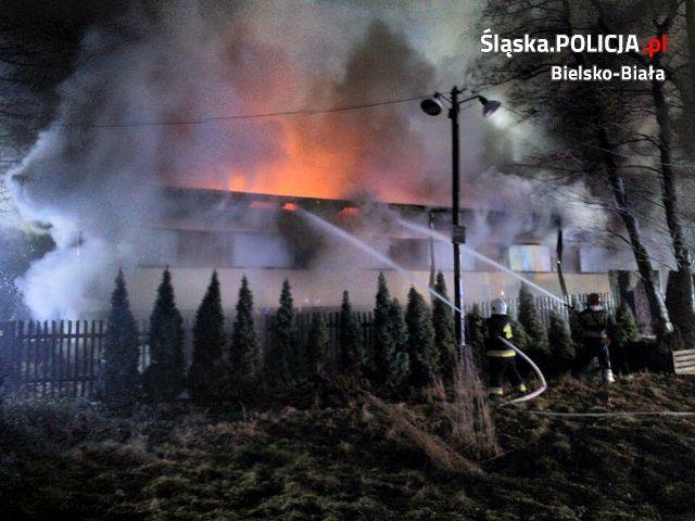 Bielscy policjanci wyjaśniają przyczyny i okoliczności pożaru, który wybuchł w Buczkowicach na terenie przedsiębiorstwa zajmującego się produkcją drewnianych zabawek