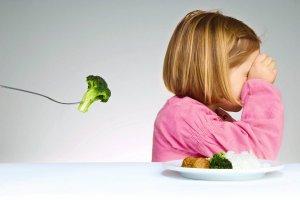 """Nie zmuszaj do jedzenia! """"Ustalanie, ile dziecko ma jeść, jest równie absurdalne, jak wyznaczanie mu, ile razy ma oddychać."""" [WYWIAD]"""