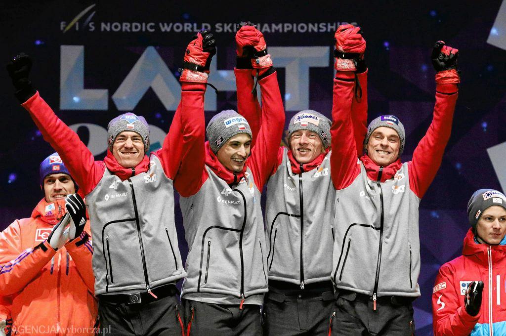 Maciej Kot , Kamil Stoch , Dawid Kubacki , Piotr Zyla radosc po zwyciestwie w konkursie druzynowym na skoczni HS 130 na Mistrzostwach Swiata w narciarstwie klasycznym