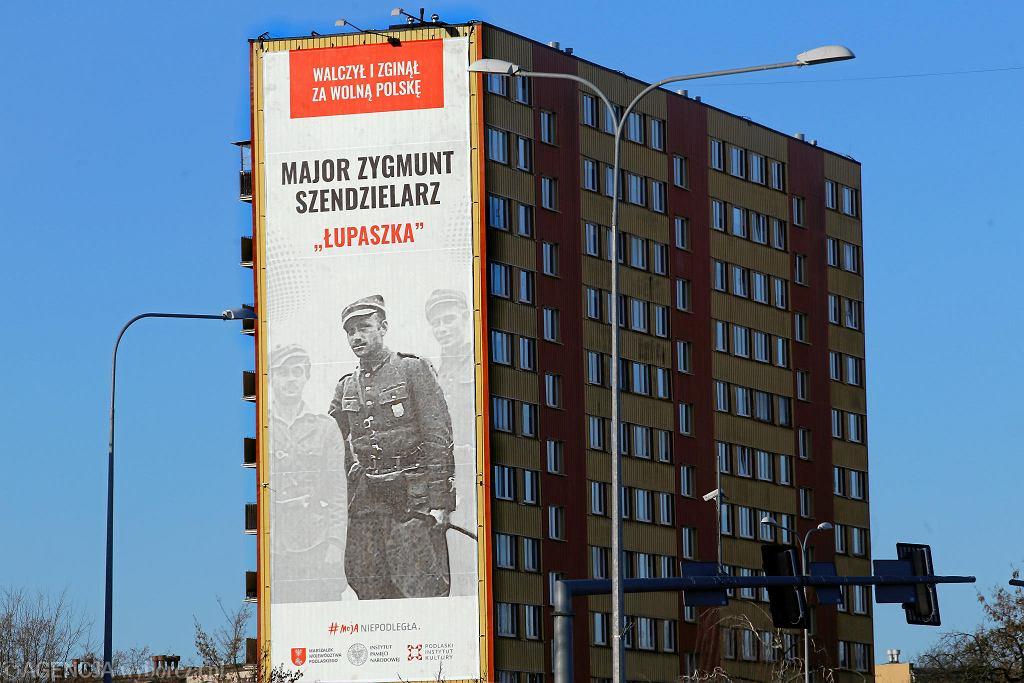 Białystok. Banery z 'Łupaszką' na blokach przy Bema