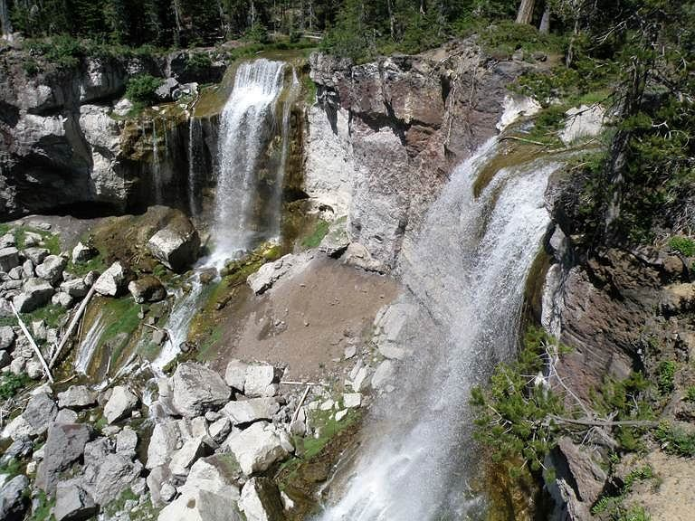 Wodospady Paulina Creek na stoku wulkanu Newberry