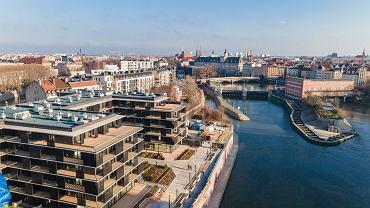Nowy bulwar nad Odrą powstał przy Apartamentach Księcia Witolda, zakończonej kilka tygodni temu inwestycji firmy Dom Development. Docelowo połączy mosty Pomorskie i Sikorskiego