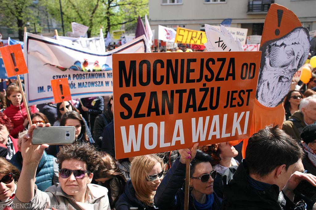 Warszawa. Ruszyła manifestacja wspierająca strajkujących nauczycieli (zdj. ilustracyjne)