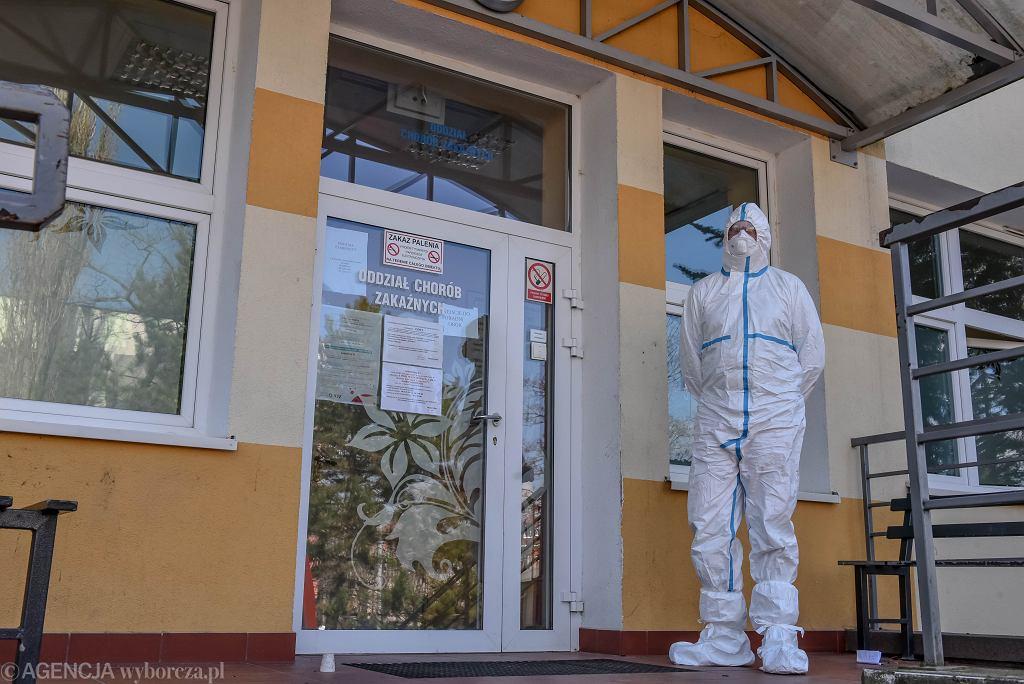 Ratownik w stroju ochronnym w związku z koronawirusem (zdjęcie ilustracyjne)