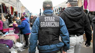 Straż graniczna kontroluje jeden z warszawskich bazarów - miejsce pracy imigrantów