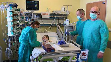 Tymek i zespół lekarzy, który przeprowadził pionierską operację przeszczepów narządów i szpiku od zmarłego dawcy