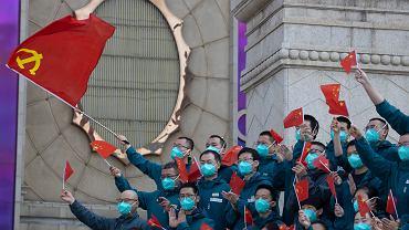 Pandemia koronawirusa zmieni przyszłość naszych portfeli. Chiny rozpoczynają testy państwowej kryptowaluty. Na zdjęciu: ceremonia pożegnania i podziękowania dla medyków, którzy walczyli z koronawirusem. Wuhan, Chiny, 15 kwietnia 2020