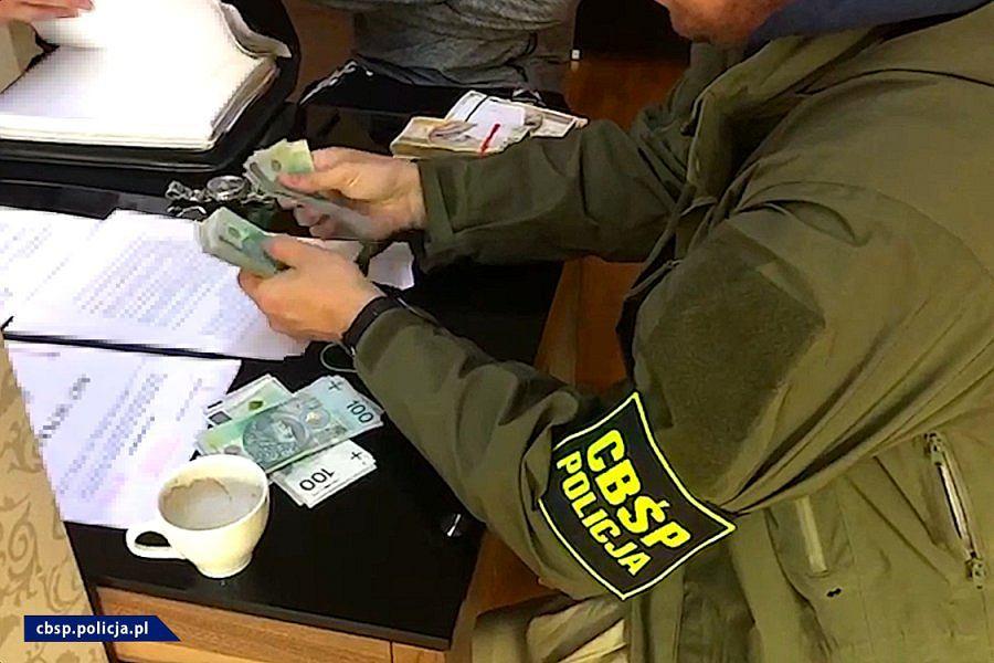 Wyłudzali zwrot VAT-u za obrót świeczkami zapachowymi. CBŚP zatrzymało dwóch mężczyzn
