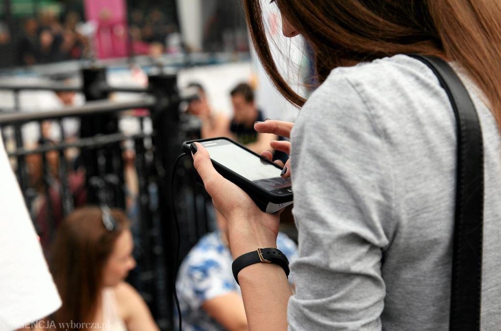 Uwaga na SMS i e-maile. Kolejne oszustwa związane z paczkami (zdjęcie ilustracyjne)