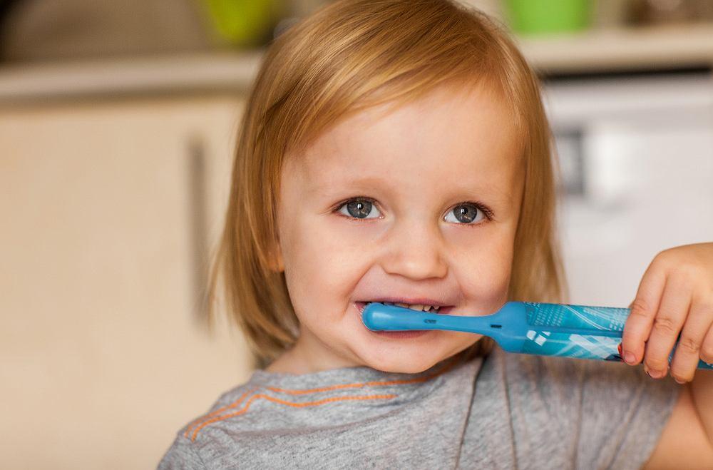 Szczoteczka elektryczna dla dzieci ma wiele zalet. Przede wszystkim sprawia, że zęby malucha są bardziej czyste i zadbane.