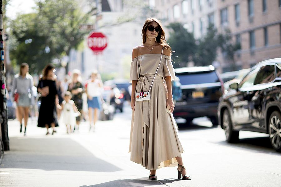 Sukienka w odcieniu nude