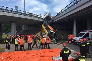 """Autobus spadł z wiaduktu na Wisłostradzie. """"Kierowca najpewniej zasłabł"""" [WIDEO]"""