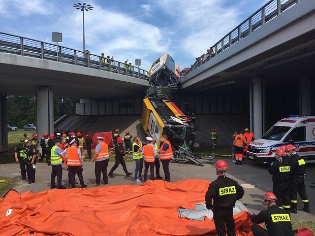 Wypadek w Warszawie. Autobus  linii 186 spadł z wiaduktu Trasy S8