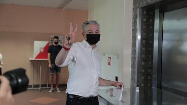 Wybory prezydenckie 2020. Robert Biedroń podczas głosowania w pierwszej turze.
