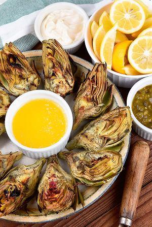 Grillowane karczochy z sosem cytrynowym