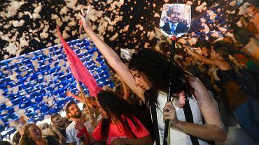 Izrael. Benjamin Netanjahu odsunięty od władzy. Tel Awiw świętuje