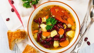 Zupa fasolowa może powstać zarówno z białej fasoli, jak i z dowolnej innej odmiany tego warzywa, np. fasoli red kidney