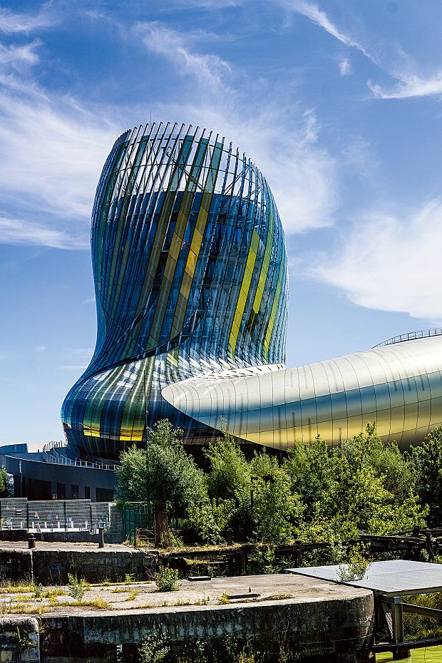 Budynek o oryginalnej architekturze to muzeum wina - La Cité du Vin