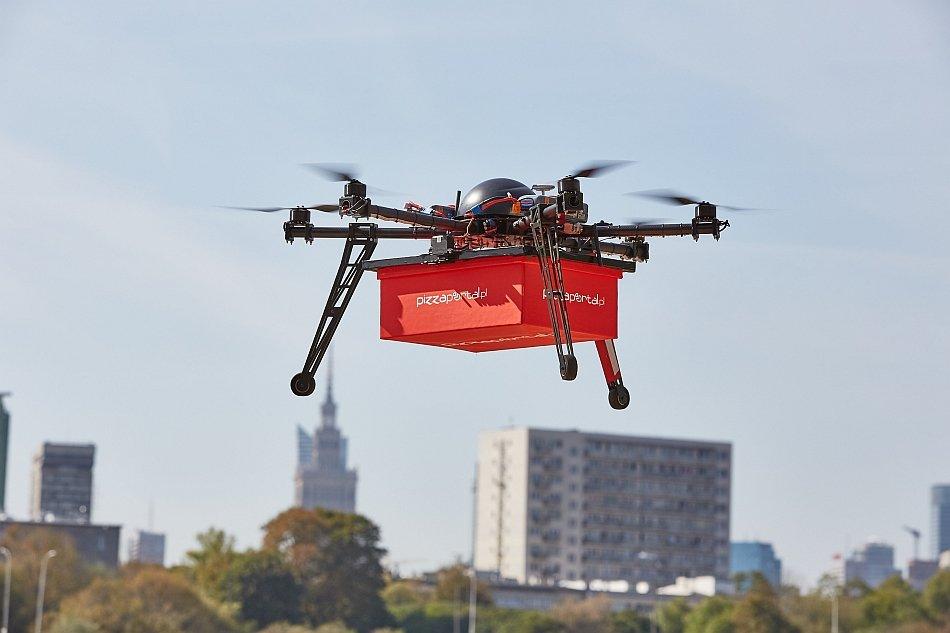 Dron dostarcza jedzenie