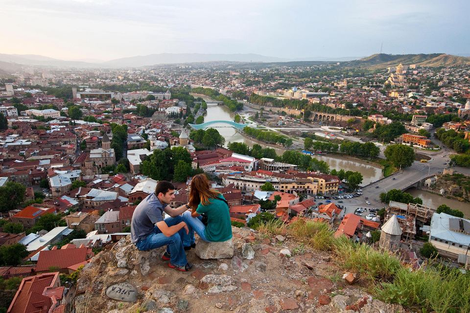 71 proc. Gruzinów uważa, że uprawianie seksu przez kobiety przed ślubem jest niedopuszczalne. Na zdjęciu: panorama Tbilisi
