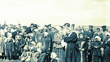 Podczas wojny polsko-bolszewickiej na tyfus zmarło więcej ludzi niż od kul wroga. W obawie przed zarażeniem cywile uciekali np. na terytorium Litwy. Na zdjęciu obóz prewencyjny w okolicach Kowna, w którym przetrzymywano osoby podejrzane o tyfus